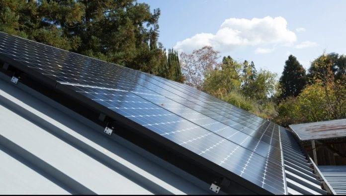 ANRE a publicat Ordinul: Românii cu fotovoltaice acasă pot vinde energia în reţea