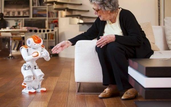 """""""Mintea"""" roboțelului Zora, care va sprijini bolnavii de Alzheimer și demență, proiectat de cercetători români la UTCN"""