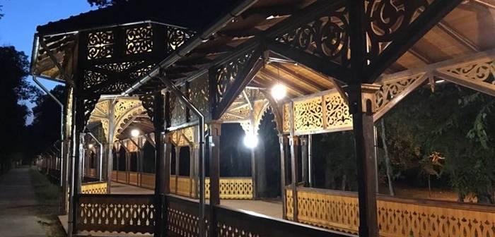 - colonada buzias nocturna 2 700x336 - Colonada imperială din Buziaș, unică în Europa, restaurată cu fonduri europene