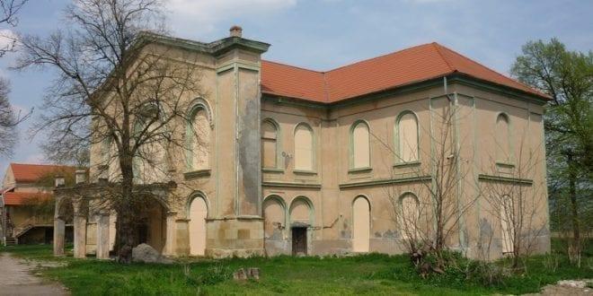 Un castel celebru din Mureş transformat de Biserică în hotel