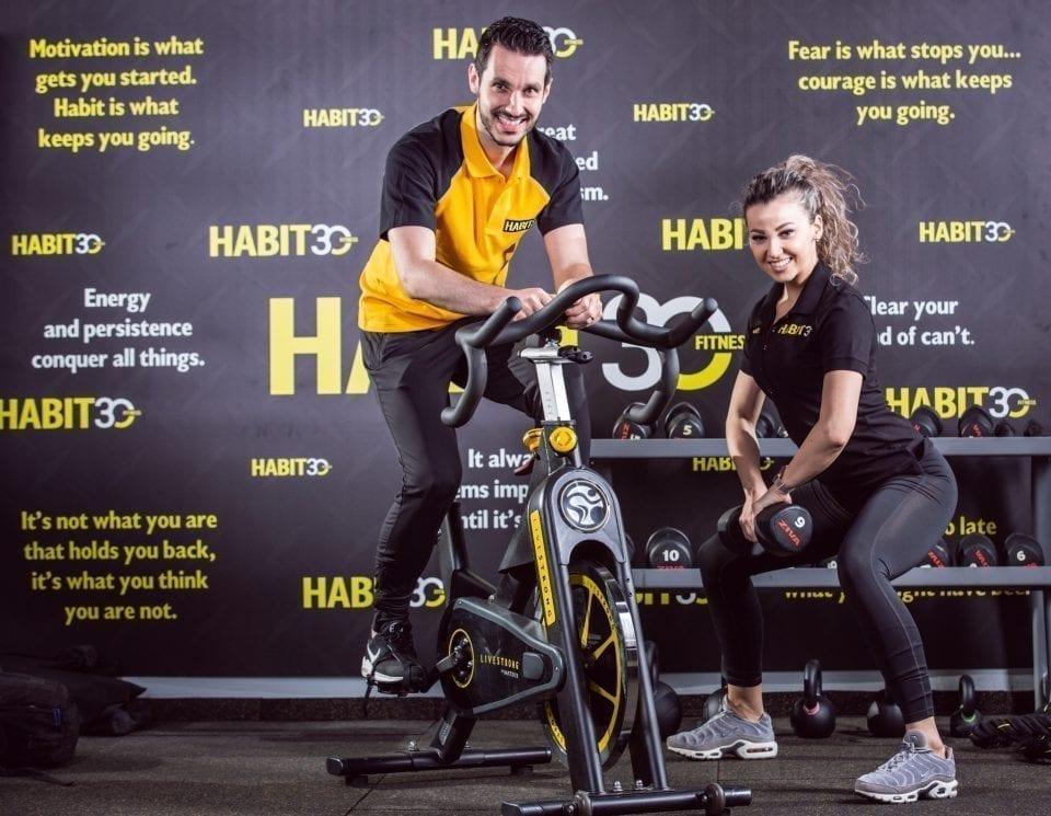 - Habit 30 traineri 619 960x745 - Doi tineri din Sibiu vor să fie pionieri în francizarea studiourilor de fitness din România. Vând rețeta succesului celor care își doresc să facă afaceri din sălile de sport