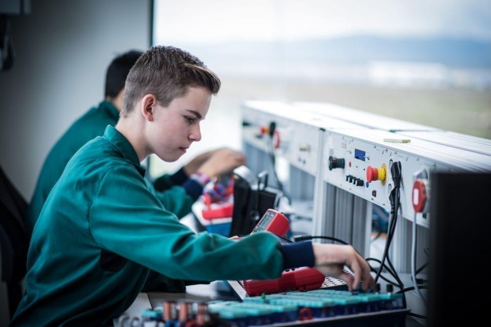 - Bosch Scoala duala m 960x641 - Bosch, desemnat ca primă opțiune pentru inginerii din Cluj