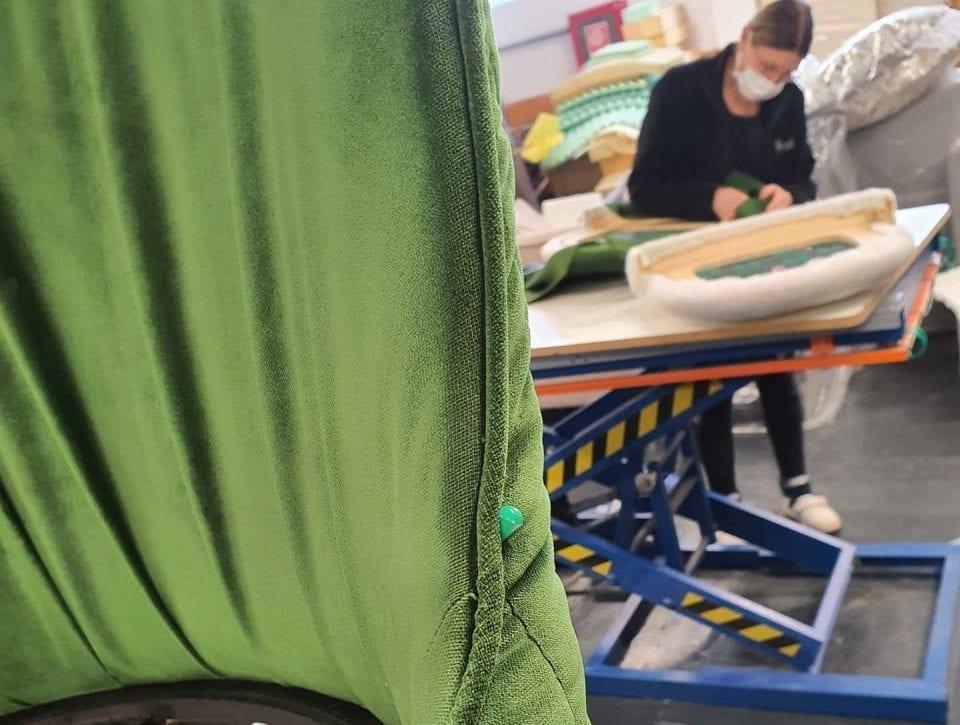 - disofa 960x725 - Producător de mobilier din Brașov spune că poate să producă halate de unică folosință, dar nu și să le sterilizeze