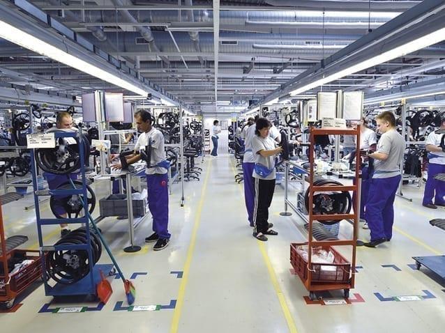 """- fabrica - """"Am avut de ales: mergem în șomaj tehnic sau căutăm soluții"""". Compania din automotive Moveos va produce săptămânal până la 18.000 de combinezoane"""